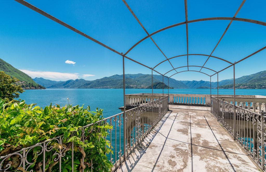 Vista dalla terrazza villa lago di Como Varenna
